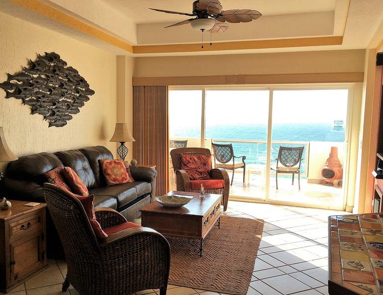 Hermosa vista del mar de Cortez desde la habitación familiar decorada profesionalmente. Queen Sofa Bed!