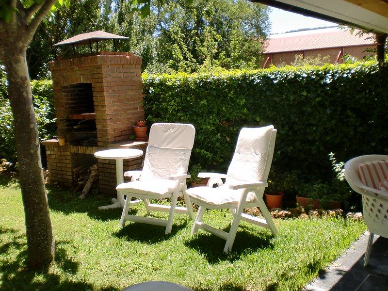 Jardín delantero y barbacoa