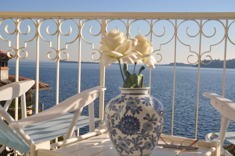 Modern Apartment with balcony overlooking lake, AC, WIFI, parking place, holiday rental in Gardone Riviera