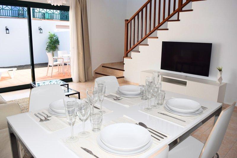 un accogliente salotto per 4 persone con Led TV e accesso al giardino privato