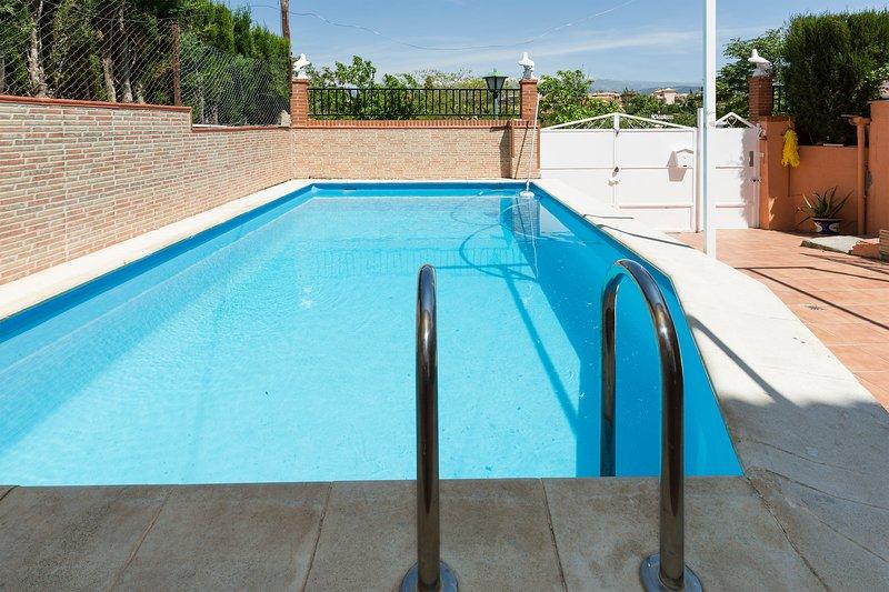 Amanece frente a Sierra Nevada.  Apartamento rural con piscina, máximo relax., aluguéis de temporada em Otura