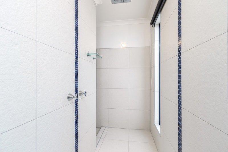 grande casa de banho privativa de Seaview quarto com chuveiro de água da chuva