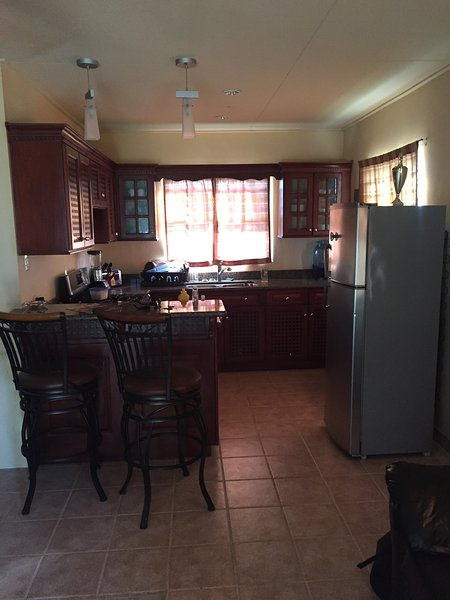 Fully Furnished 2 Bedroom House In Town, aluguéis de temporada em Orange Walk District