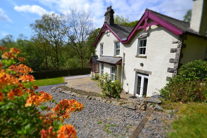 LUXURY Lakeland Cottage with Private Gardens, aluguéis de temporada em Grange-over-Sands