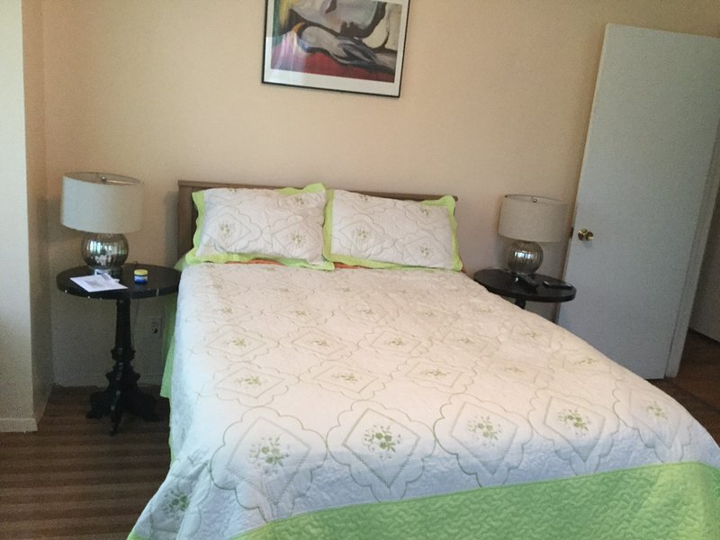 Elegant room in spacious apartment in Inwood, holiday rental in Yonkers