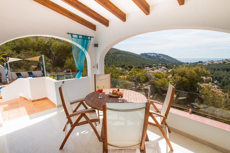 Spacious house with swimming-pool, aluguéis de temporada em Teulada