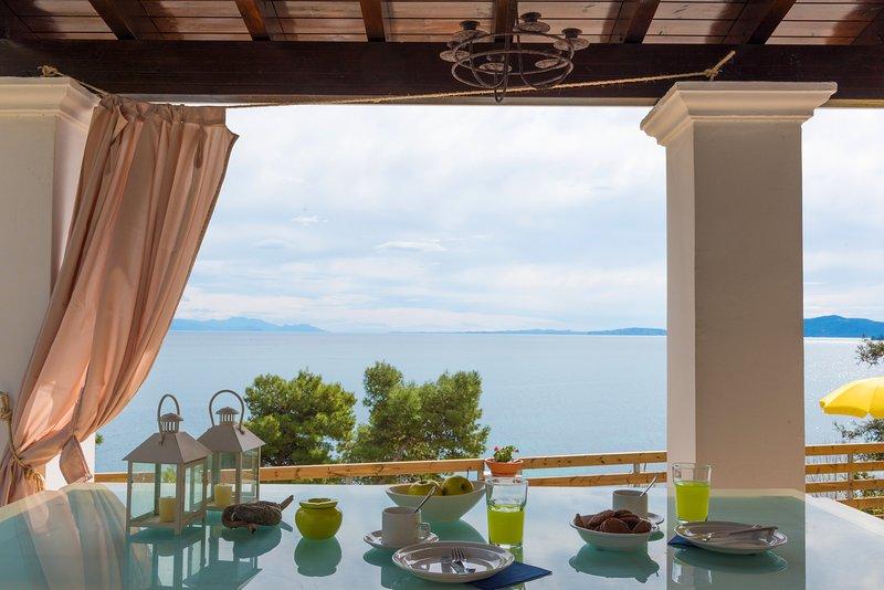 sea view homey vacations, elegant, bright villa with 3 bedrooms & 2 bathrooms, vacation rental in Perama