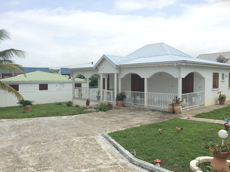 Très belle villa F4 - Lieu résidentiel calme, alquiler de vacaciones en Goyave