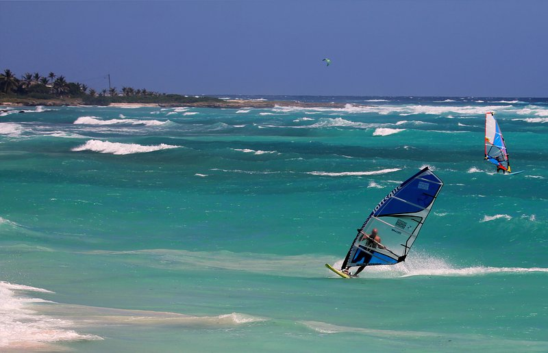 Kite- & windsurfing in the bay at Seascape Beachhouse Surferspoint Barbados
