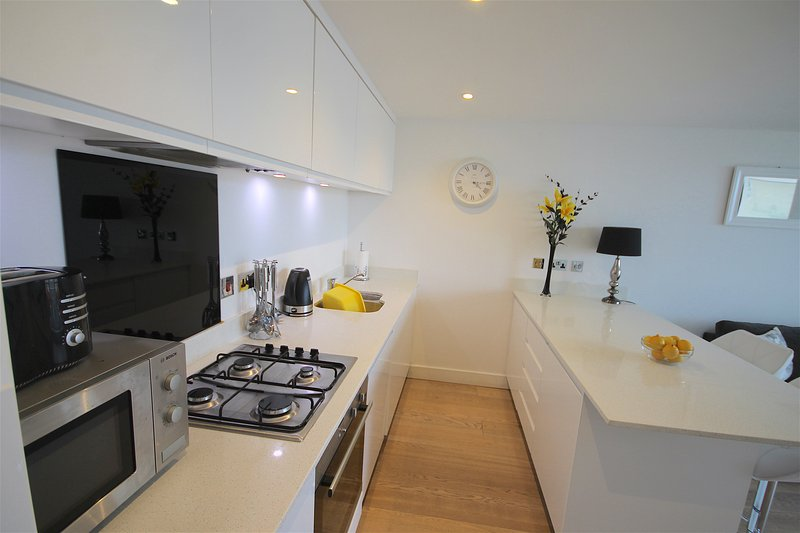 Cucina con lavastoviglie, frigo e freezer. Lavatrice asciugatrice separata