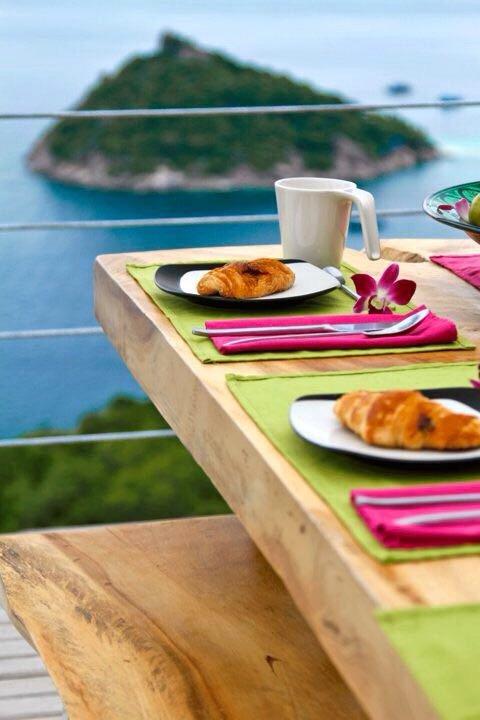 Pedir un buen desayuno, almuerzo o cena en uno de los grandes restaurantes de la isla que ofrecen