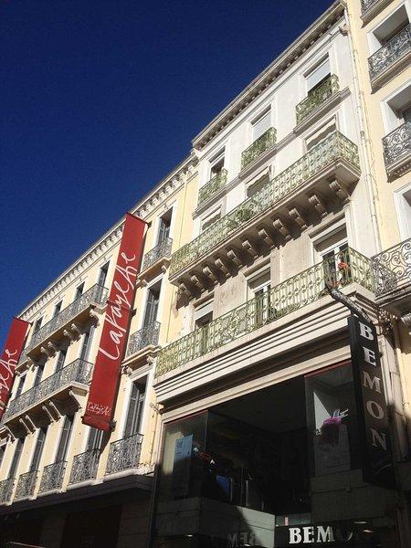 Building next door to Galeries Lafayettes