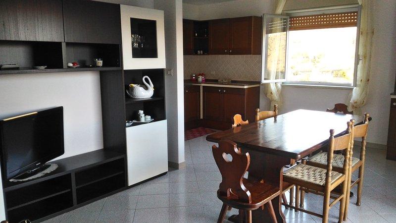 Appartamento  nuovo, centrale ,arredato, fino a 9 posti letto, vacation rental in Francavilla di Sicilia