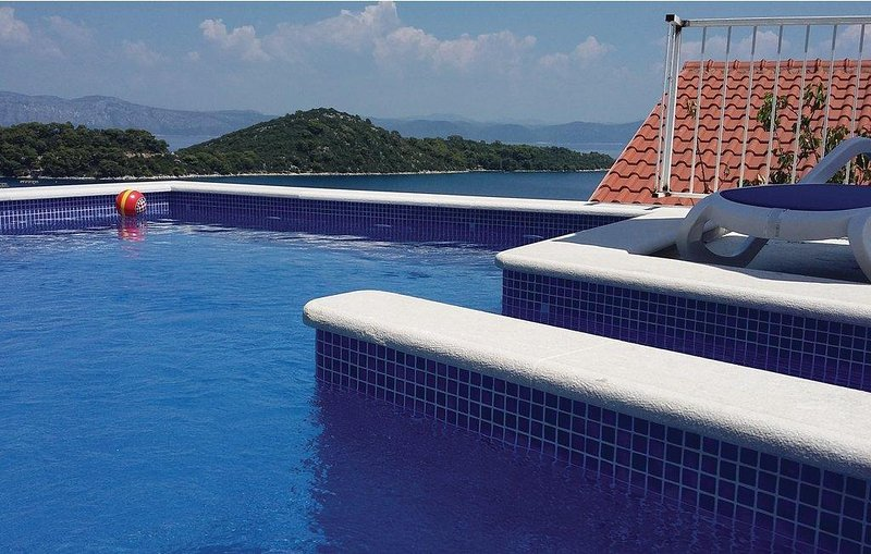 Adriatic - spacious house with seaview pool, holiday rental in Sobra
