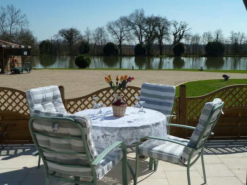 Lake Les Landes, Two bedroom gite with fishing lake, holiday rental in Saint-Gery