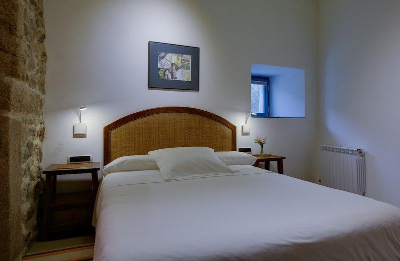 Dormitorio 1 Budiño de Serraseca, holiday rental in Viladesuso