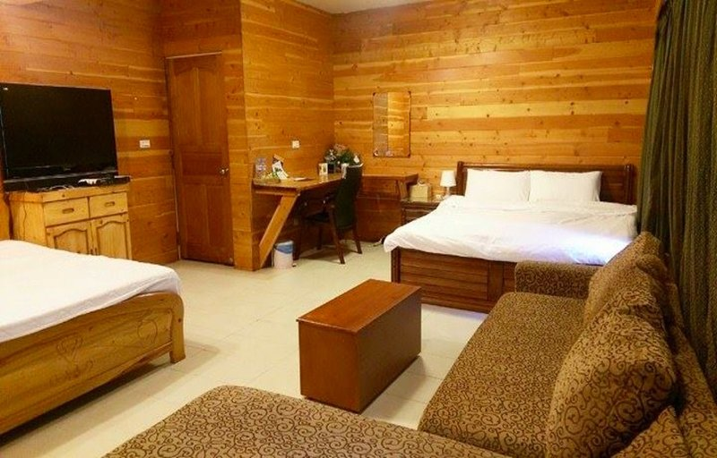 53m large and wooden room  sit  the heart of city! Near MRT, Bus, Train station, vacation rental in Lingya