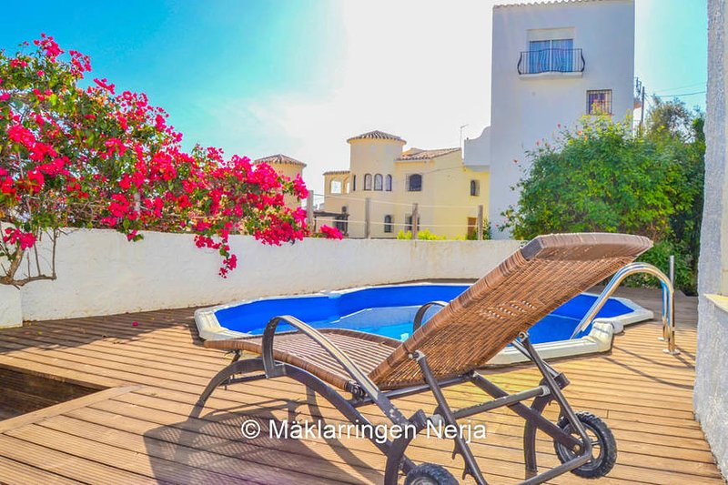 BURRIANA HOME WITH A PRIVATE GARDEN ,POOL & JACUZZI, alquiler vacacional en Nerja
