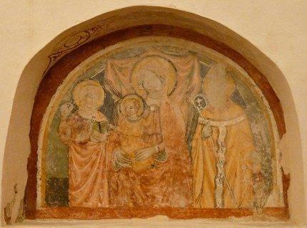 à quelques mètres de l'église de maison avec du XIVe siècle, la représentation de la Vierge du lait