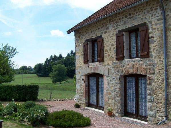 Beautiful Character Stone Cottages with Swimming Pool, vacation rental in Janaillat