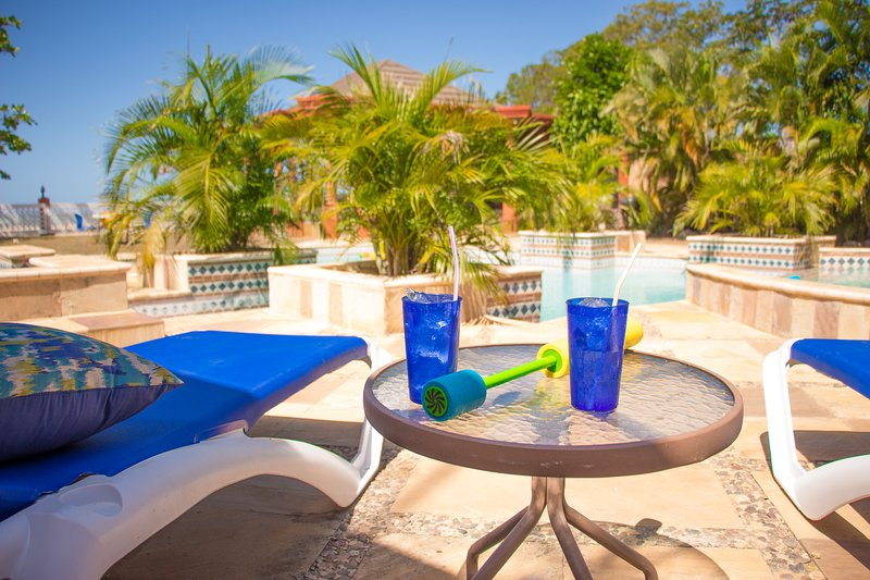 Disfrutar de la vista de la piscina mientras se relaja en