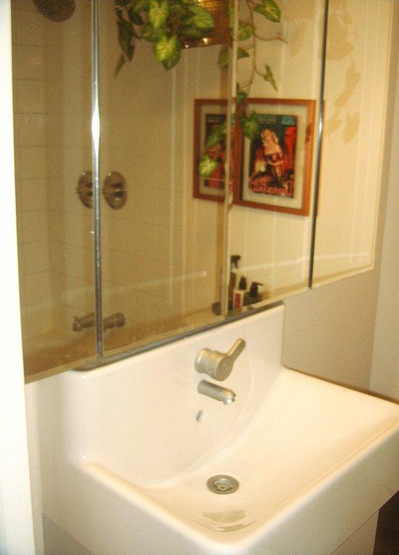 banho superior 4 pc com armário 4' medicina e pia Ikea. 15 passos para cima.