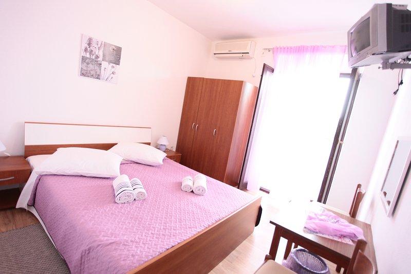 BILI GALEB room purple, aluguéis de temporada em Marina