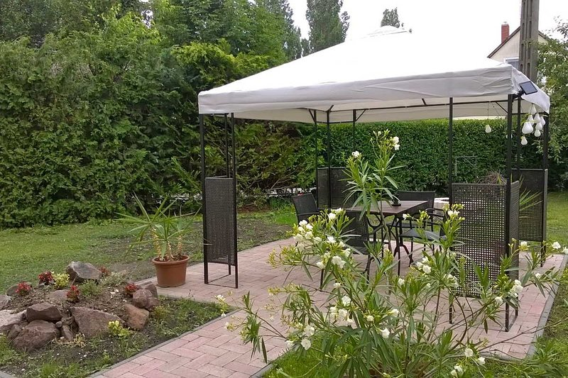 Gemütliche Wohnung mit schönem Garten - BAL, holiday rental in Lovas