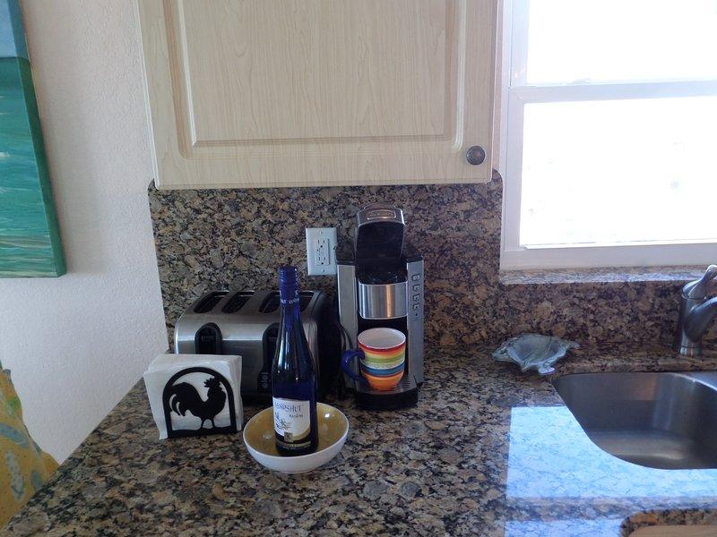 máquina de café de una taza de Cuisinart con nuestro regalo para usted - una botella de vino blanco de Alemania.