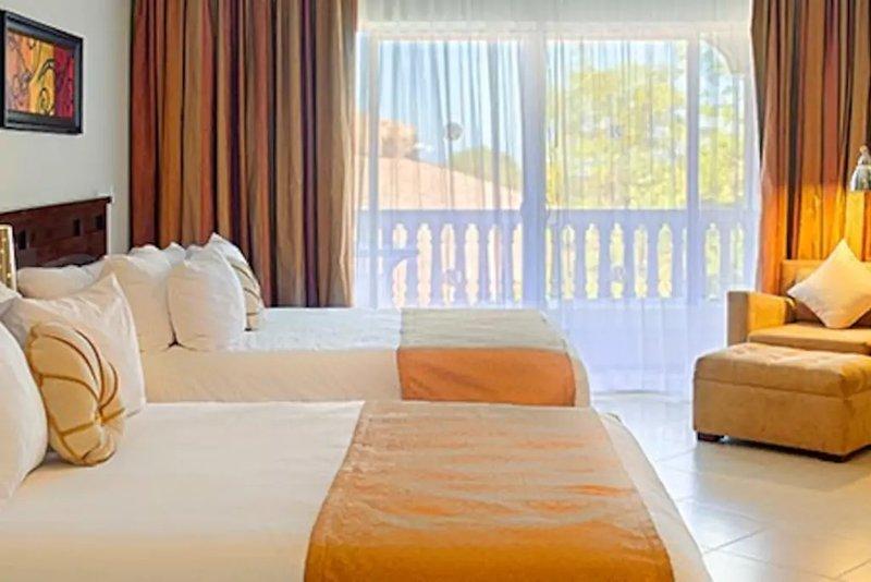 Segundo quarto com duas camas de casal.