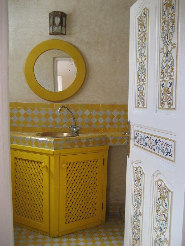 Cuarto de baño de la habitación de naranja