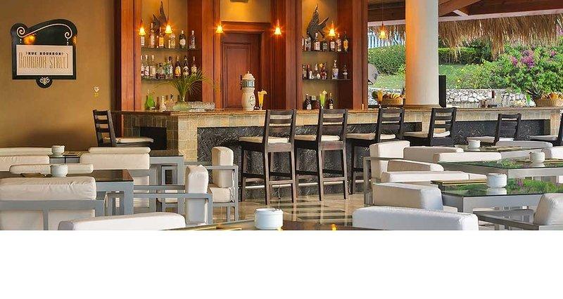 Um dos muitos restaurantes na propriedade. Todas as refeições e bebidas incluídas de muitas opções.