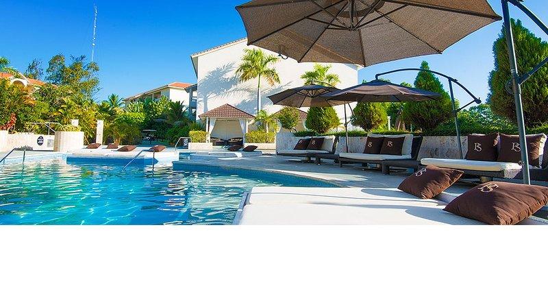 Várias piscinas no resort.