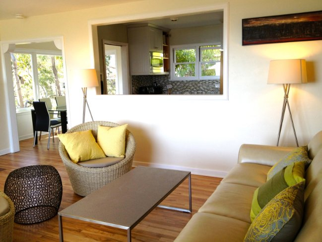 De woonkamer met het oog op de keuken, waar de lederen sofa bed (full-sized) 2 slaapt.