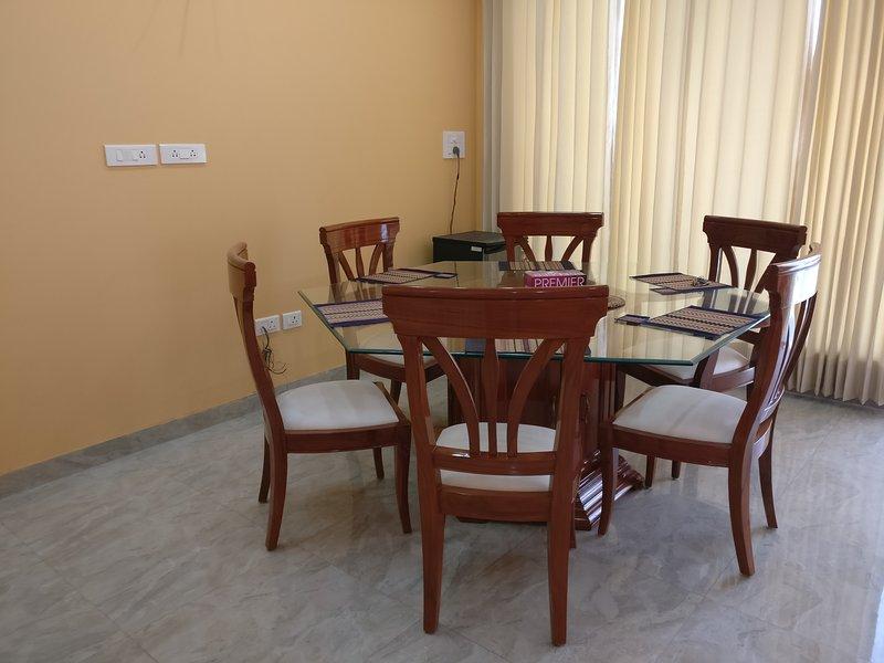 Lobby con tavolo da pranzo