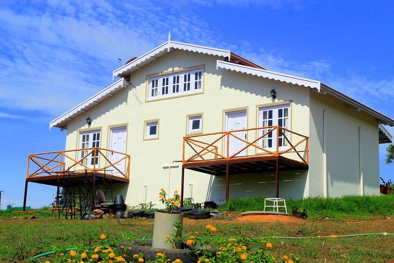 Zwei-Zimmer-Haus mit Balkon, die die üppigen Teegarten mit Blick auf