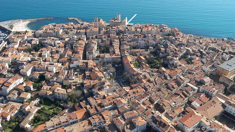 Ver volar del casco antiguo de Antibes, mi lugar está en el corazón de la vieja ciudad histórica (véase la flecha)