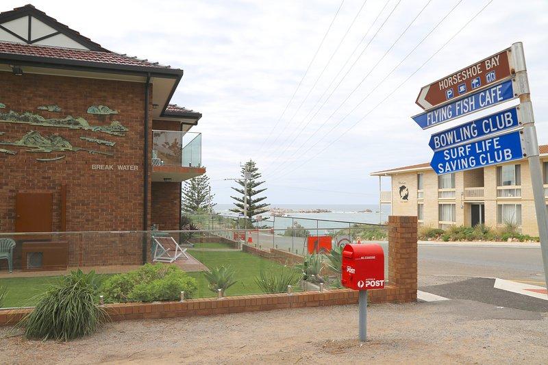 Bahía de herradura con el Flying Fish Cafe Bowling Club y Surf Life Saving Club.