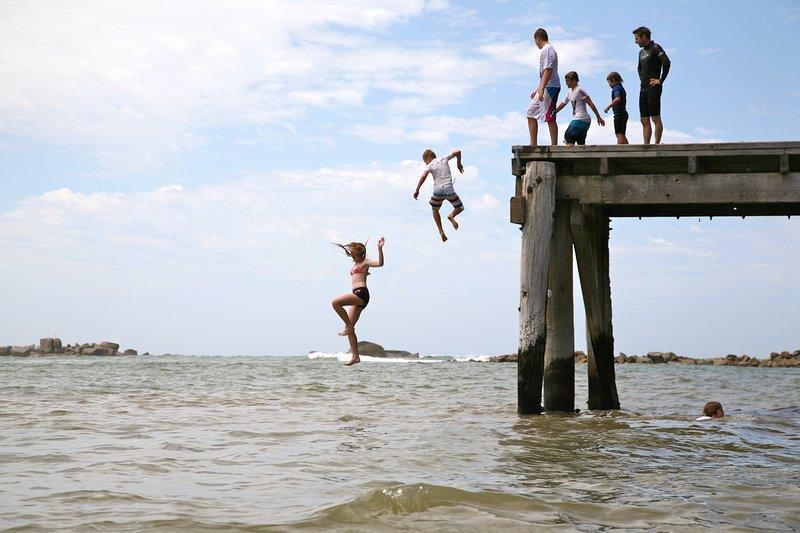 Deje que los niños en el corazón salen a jugar en el Horseshoe Bay Port Elliot embarcadero.