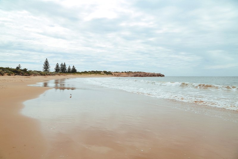 Relajarse y disfrutar de las playas de arena de un paseo de su puerta