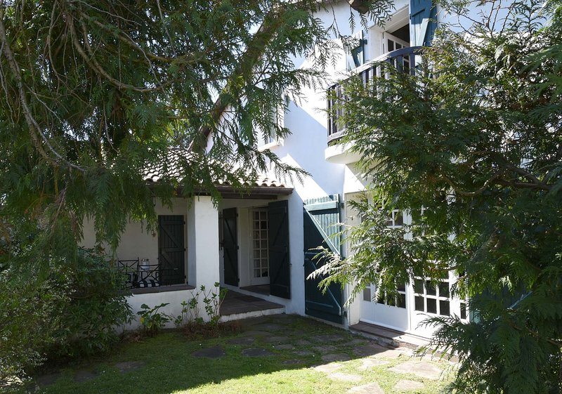 BIARRITZ, BELLE DEMEURE BASQUE, PRESTATIONS DE QUALITE, 10' PLAGES ET GOLF, vacation rental in Biarritz