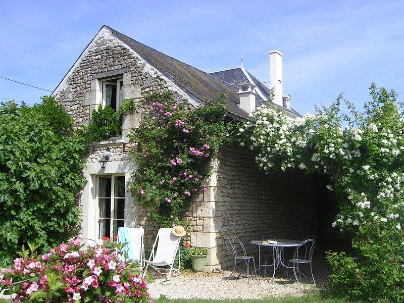 A casa com terraço, jardim e o primeiro quarto na frente.