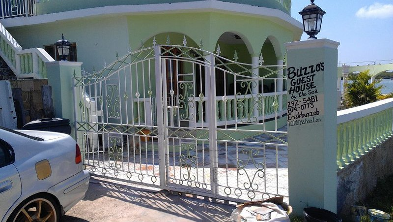 Buzzo's Guest House by the Sea, holiday rental in Unity