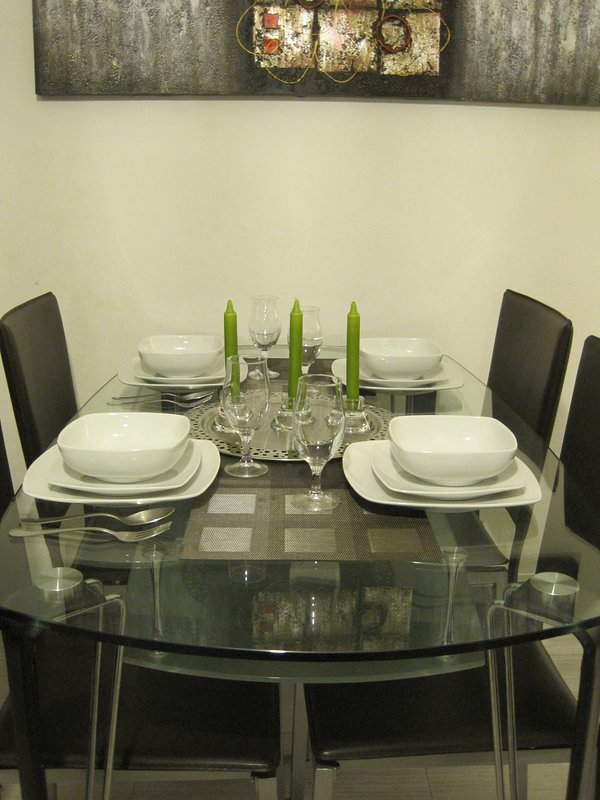 The dining area . La table de repas .