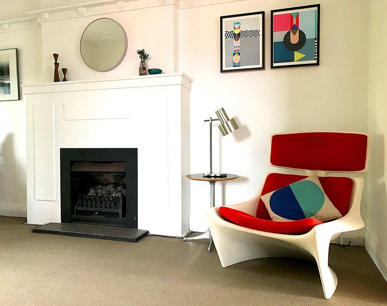 Salon avec cheminée et pièces de créateurs