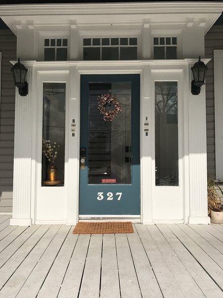 Porte d'entrée w / entrée sans clé à foyer et entrée sans clé à l'appartement. Chaque apt a sa propre porte.