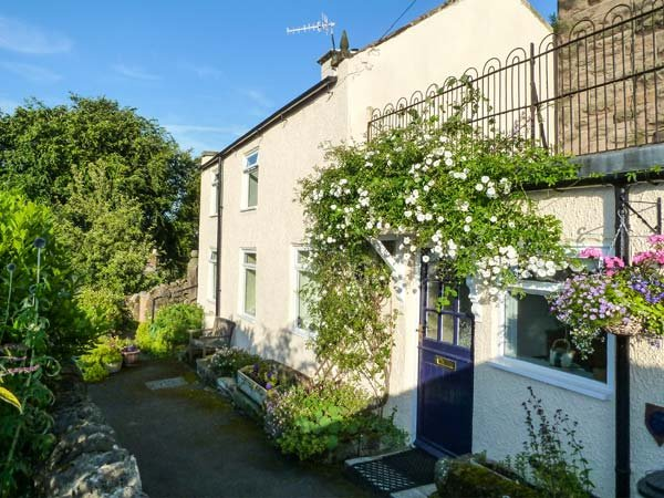 ROCK COTTAGE, village and country views, original features, Winster, Ref 955895, holiday rental in Winster