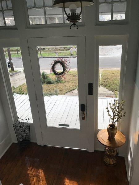 Frente foyer porta de vidro.