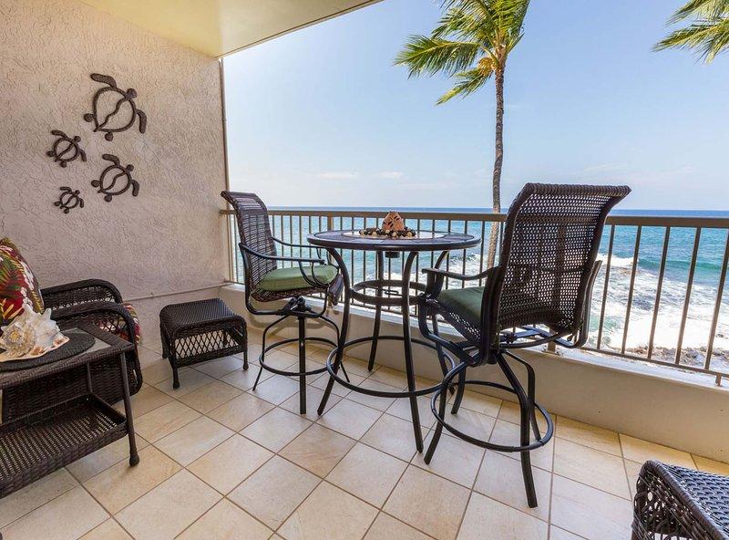 lanai privé avec bar haute table chaises et fauteuils berçants pivotants super confortable.
