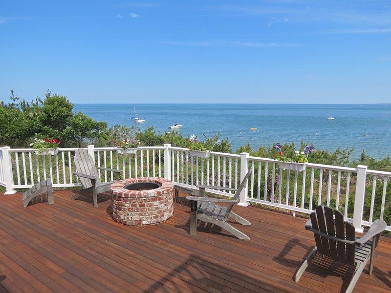 Um dos maiores e melhores decks de Brewster tem vista para a praia de areia com vistas impressionantes da Baía de Cape Cod. Este é o seu lugar para o pôr do sol por aí. Então, fique ao redor da fogueira e aproveite as estrelas.